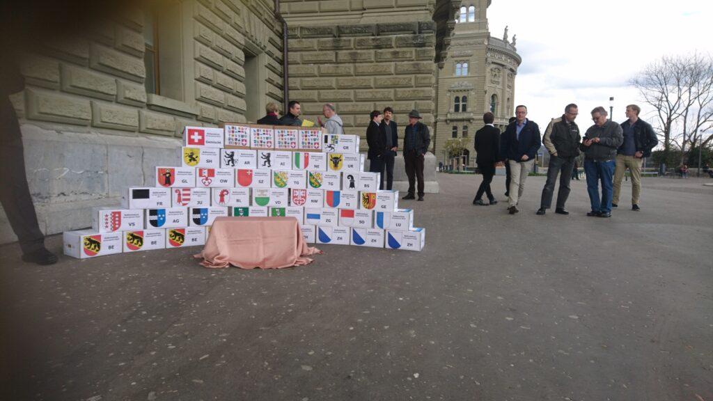 Die gestapelten Schachteln mit den Unterschriften vor der Bundeskanzlei. Noch ist die definitive Zahl der Unterschriften geheim.